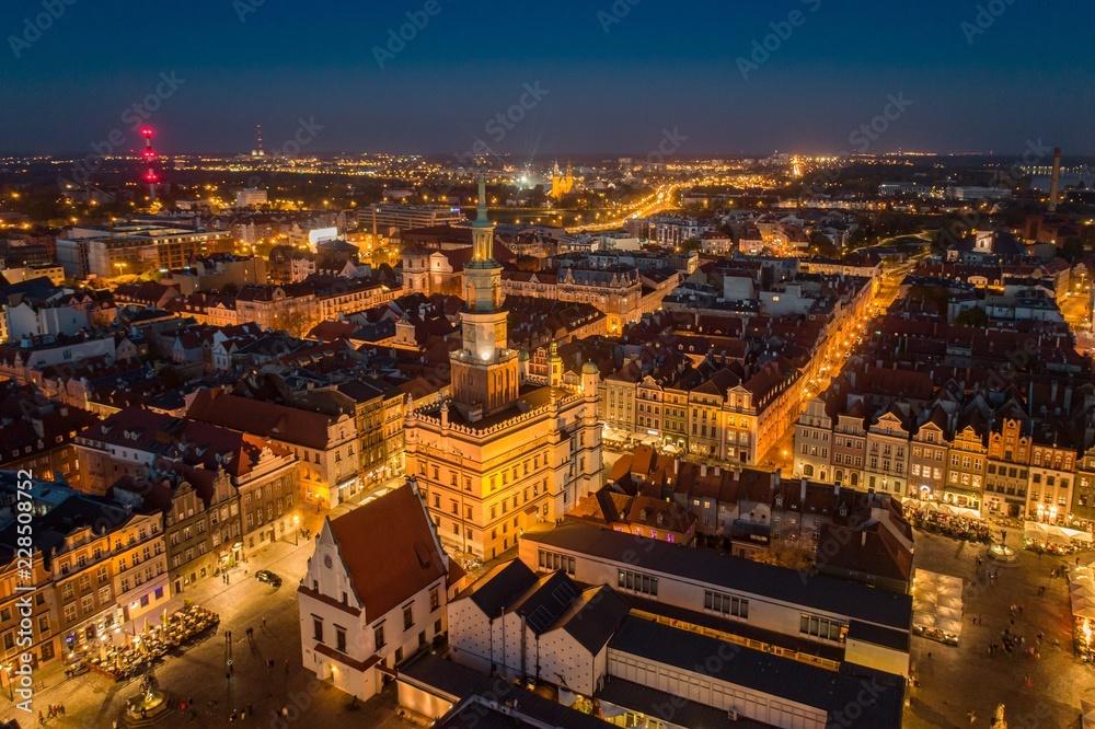 Fototapety, obrazy: Wieczorny widok z lotu ptaka na główny plac Poznania i Stare Miasto