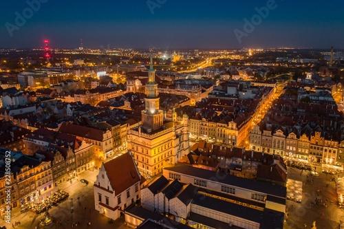 Obraz Wieczorny widok z lotu ptaka na główny plac Poznania i Stare Miasto - fototapety do salonu