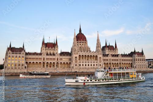 Palazzo del Governo Ungherese visto dal Danubio a Budapest