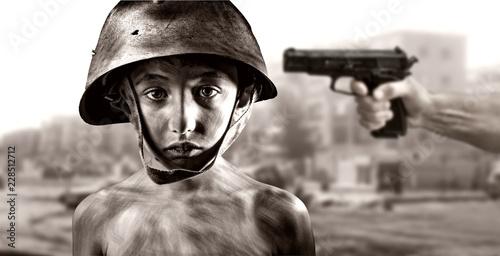 Photo Bambino in guerra con pistola