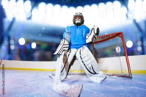 Fotografía Young goaltender preparing to catch the puck