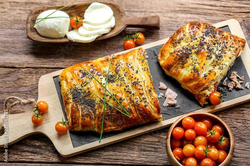 tresse feuilletée thon mozzarella tomates Fototapete