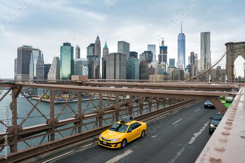 Foto op Canvas New York TAXI taxi crossing brooklyn bridge