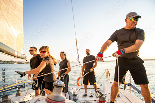 Fotografía  Team athletes Yacht training for the competition