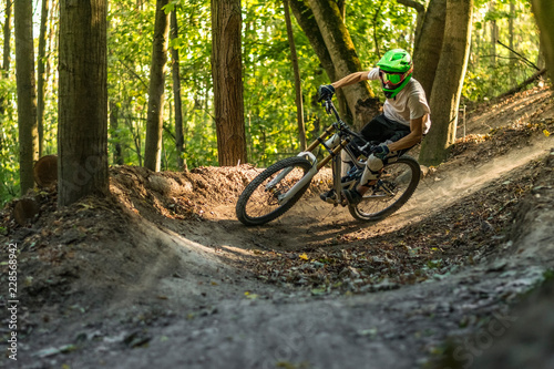 Photo  Downhill mountain biker.