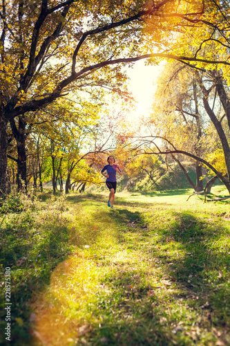Staande foto Tuin Workout in the autumn park.