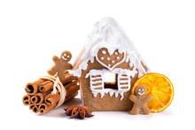 Weihnachten  -  Lebkuchenhaus, Lebkuchenmännchen, Zimt, Sternanis Und Orangenscheibe  -  Freisteller
