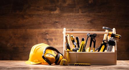 Sprzęt bezpieczeństwa w pobliżu Przybornika z różnymi narzędziami