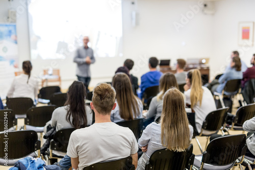 Canvas Print Speaker lecturing in lecture hall at university