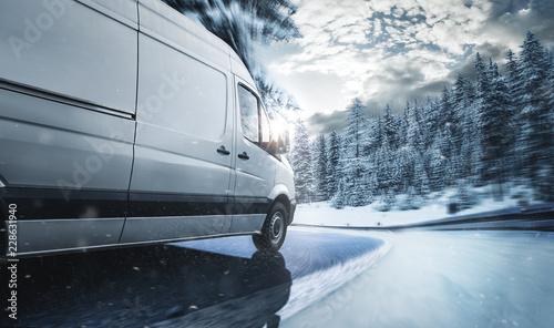 Lieferwagen auf verschneiter Landstraße
