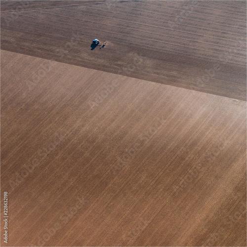 Fotografia  vue aérienne d'un tracteur dans un champ à Villiers-Vicomte dans l'Oise en Franc