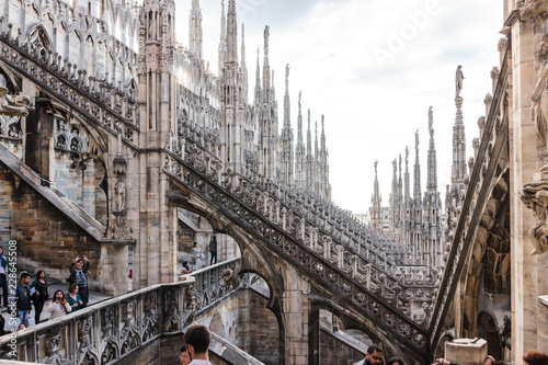 Papiers peints Con. ancienne Tourists inspect fragment of decorated roof of Cathedral of Milan