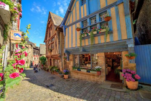Slika na platnu Vieilles maisons dans la ville de Dinan, Bretagne