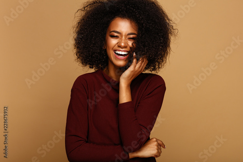 Photo Portrait of laughing african american girl with copy space