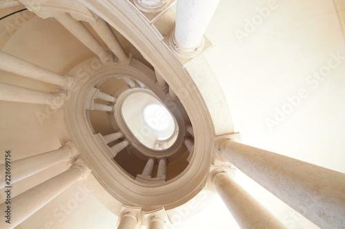Scale a spirale illuminate da candido bagliore di sole