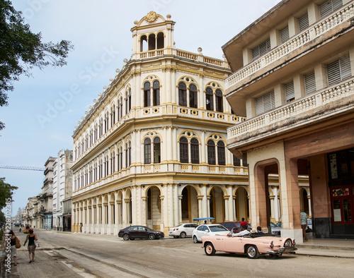 Coche antiguo en calle de La Habana Canvas Print