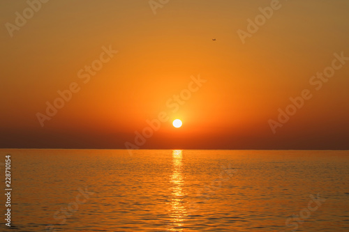 Keuken foto achterwand Rood traf. Beautiful sea landscape. Sunrise at the sea