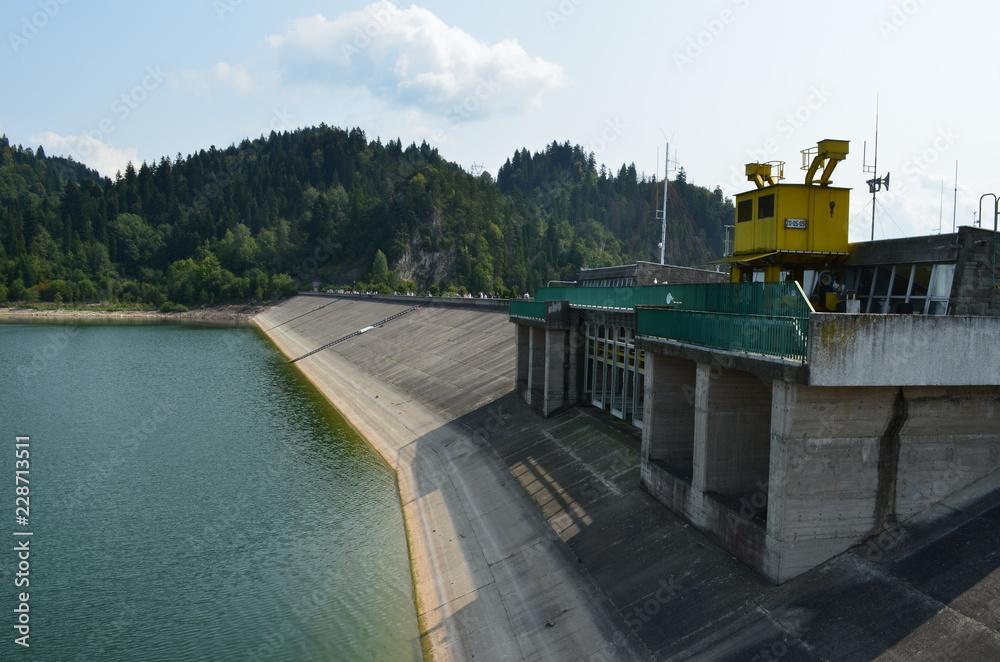 Fototapeta Zabudowania elektrowni wodnej na jeziorze Czorsztyńskim, Niedzica, Polska
