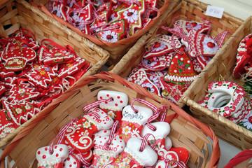 Advent u Zagrebu, Hrvatska. Prodavač koji prodaje ručno izrađene božićne ukrase s tradicionalnim simbolom srca Licitar iz Zagreba