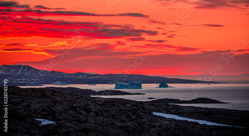 Papiers peints Corail Arctic landscape in summer with icebergs at sunset in Scoresby Sound, East Greenland