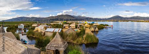 Photo Über den Titicacasee zwischen den schwimmenden Dörfern der Uros in Peru