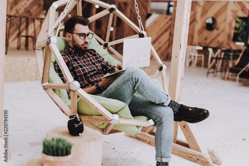 Fotografía  Laptop. Smartphone. Hanging Chair.Sit. Brainstorm.