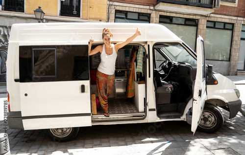 Photo  Hippie attractive young woman in her camper van excited ready to travel around E