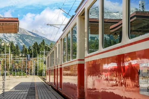 Foto op Canvas Brussel Triebwagen der Zahnradbahn am Bahnsteig