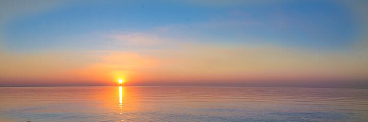 krajobraz - zachód słońca na wybrzeżu, fale, horyzont. widok z góry.