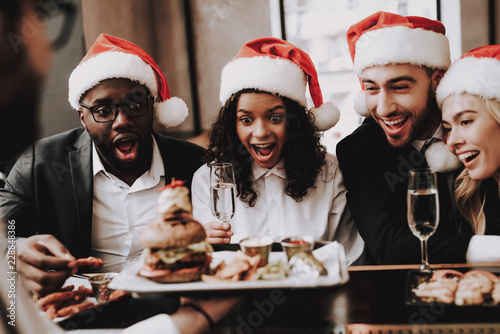 Fotografia  Burger. Santa's Hat. Girls and Guys. Young People.