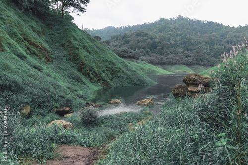 Fotografía  Beautiful scenic view of mountain and lake in Khun Dan Prakan Chon Dam