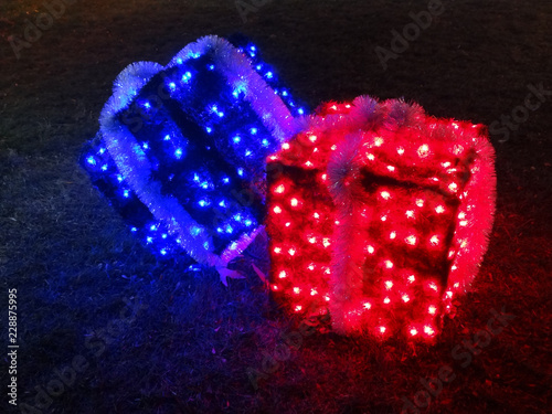 Fotografía  Illuminated christmas gift boxes with red and blue light
