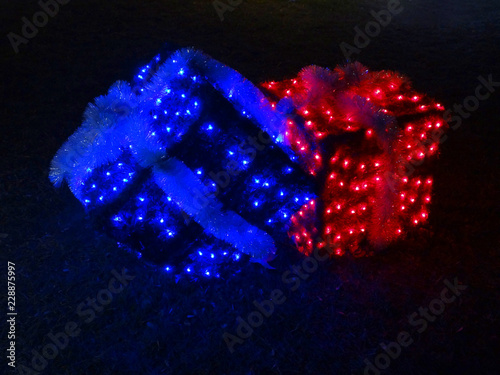 Fotografía  Christmas decoration with Illuminated gift boxes - red and blue lamps