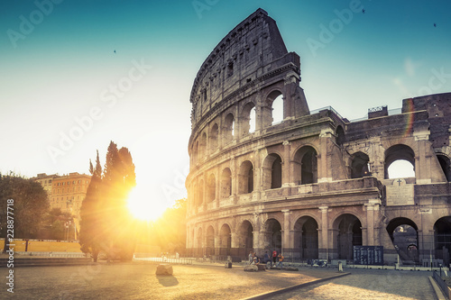 Montage in der Fensternische Zentral-Europa Colosseum in Rome, Italy, at sunrise. Colourful travel background.