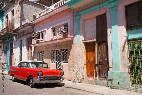 Taxi y carro clásico americano en las calles de La Habana Cuba Wallpaper Mural