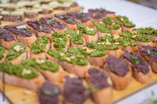 Catering / Belegte Brote mit Gemüseaufstrich auf Holzbrett