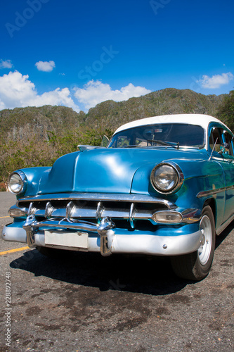 Deurstickers Havana Taxi y carro clásico americano en las calles de La Habana Cuba