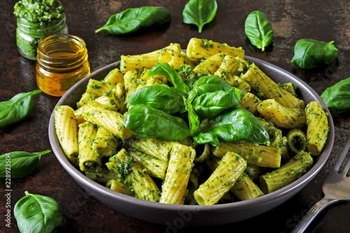 Fotografia Appetizing pasta with pesto in a bowl on a stylish dark surface