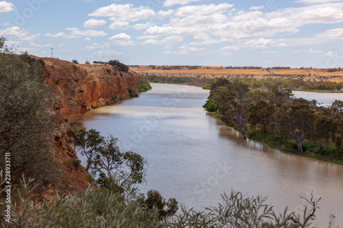 Foto auf Gartenposter Fluss Landscape view of orange sandstone cliffs on the mighty Murray River near Young Husband in South Australia