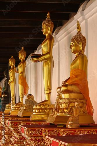 Foto  Statuen in einem Tempel in Thailand