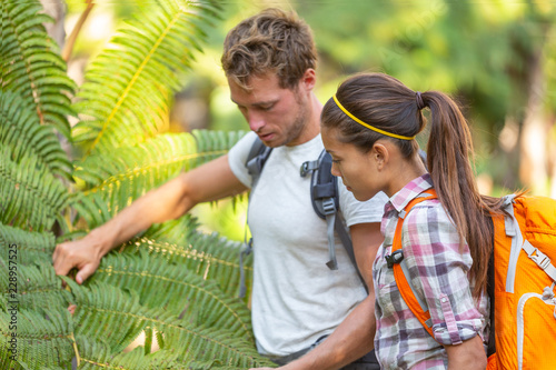 Nature guide biologist naturalist botanist teacher teaching to student about plants and biology Fototapet
