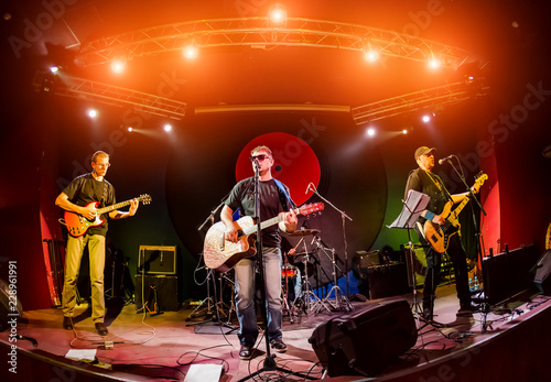 In de dag Muziekband Band performs on stage in a nightclub