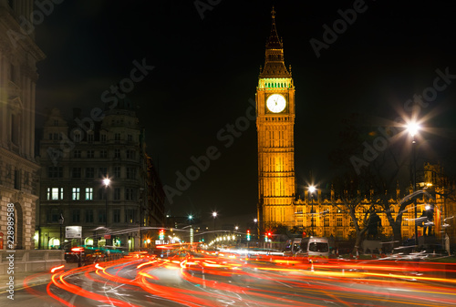 Foto  Night traffic near Big Ben in London