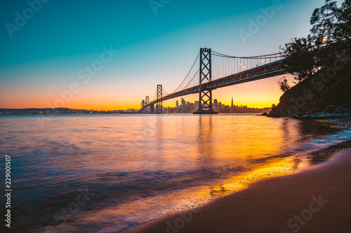 Tuinposter Amerikaanse Plekken San Francisco skyline with Oakland Bay Bridge at twilight, California, USA