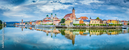 Ingelijste posters Europa Passau city panorama with Danube river at sunset, Bavaria, Germany
