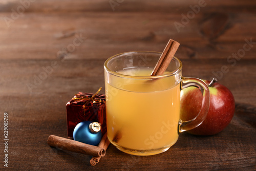 Foto Christmas spiced apple cider with cinnamon stick