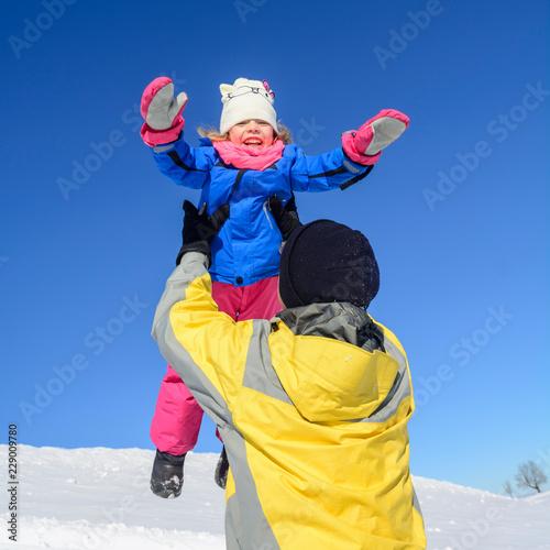 Fotografie, Obraz  Kindliche Freude beim Winterspaß mit Papa