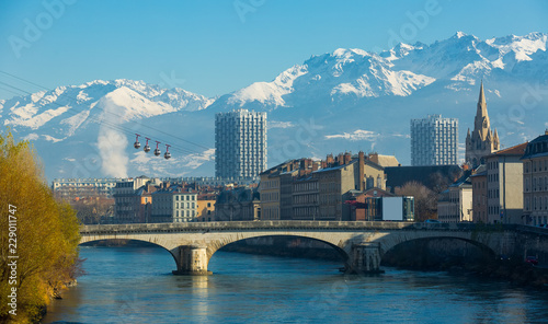 Foto auf AluDibond Stadt am Wasser Grenoble with cable car against backdrop of snowy Alps