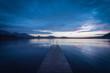 Steg in einem Bergsee zur blauen Stunde