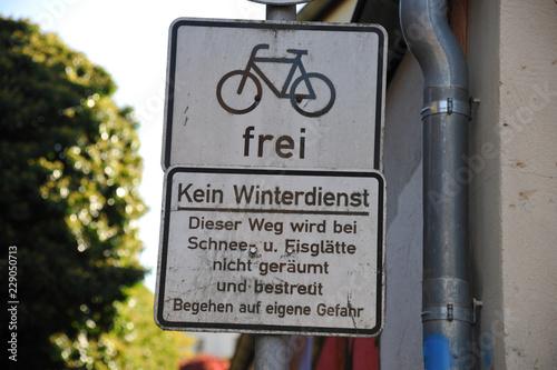 Keuken foto achterwand Smal steegje kleine enge gasse straße fußweg mit schild winterdienst und fahrrad frei an stadtmauer